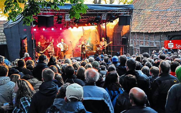 Sechs-Bands-auf-zwei-Buehnen-Mehr-als-1500-Zuschauer-kommen-zum-5.-Warmenau-Open-Air-Barduettingdorf-bebt_image_630_420f_wn